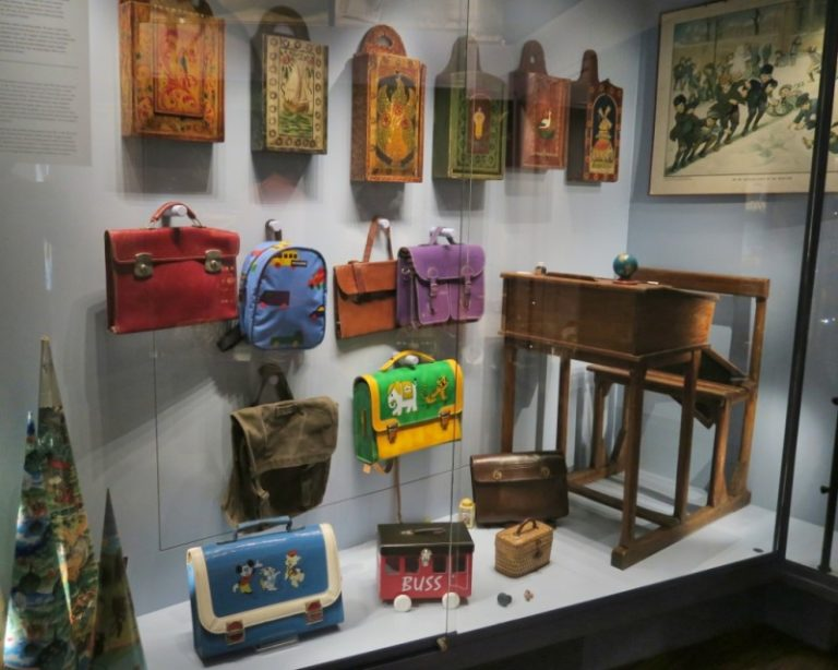 School-Bags-Museum-of-Bags-and-Purses-Amsterdam-800x640